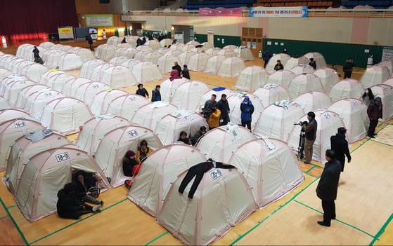 11일 경북 포항에서 규모 4.6 지진이 나자 진앙과 가까운 흥해실내체육관에 있던 이재민들이 공포에 휩싸였다. [연합뉴스]