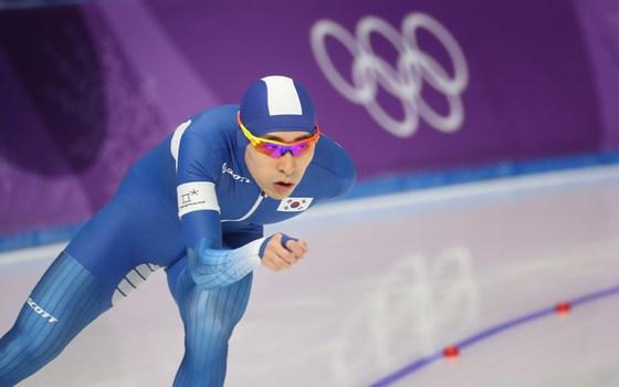이승훈이 11일 강릉 아래나에서 열린 5,000m 스피드 스케이팅에서 역주하고 있다. 강릉=오종택 기자