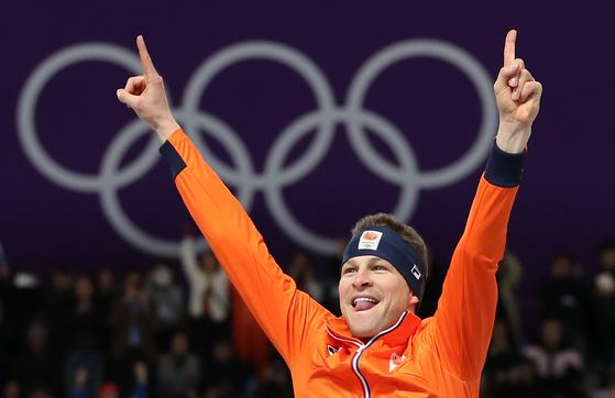 11일 강릉 스피드스케이트 경기장에서 열린 2018 평창 겨울올림픽 스피드스케이팅 남자 5000m에서 금메달을 따낸 네덜란드 스벤 크라머르가 시상대에 올라 환호하고 있다. [연합뉴스]