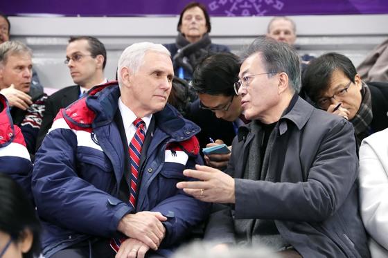 문재인 대통령과 마이크 펜스 미국 부통령(왼쪽)이 지난 10일 강릉 아이스아레나에서 열린 2018 평창 겨울올림픽 남녀 쇼트트랙 예선전을 관람하며 이야기하고 있다. 펜스 부통령의 뒷줄 왼쪽은 지난해 북한에 억류됐다가 풀려나 6일 만에 사망한 오토 웜비어의 아버지 프레드 웜비어. [사진 청와대]