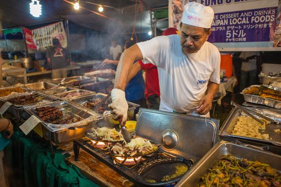 사이판은 바다가 좋다. 그러나 바다만 좋은 건 아니다. 음식도 맛있다. 원주민 차모로족 음식문화와 일본, 미국, 중국 등 다양한 음식 문화가 조화를 이루고 있다. 동남아시아보다 물가는 높지만 구석구석 찾아다니면 저렴한 맛집도 많다. [사진 김상구]