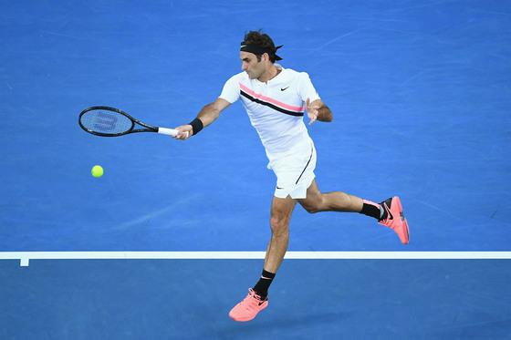 지난 호주 오픈 테니스 대회 결승전 때 경기 중인 로저 페더러의 모습. 새파란 코트와 핑크색 운동화, 흰색 운동복이 마치 스포츠 브랜드의 화보 같은 광경을 연출했다. [사진 나이키]