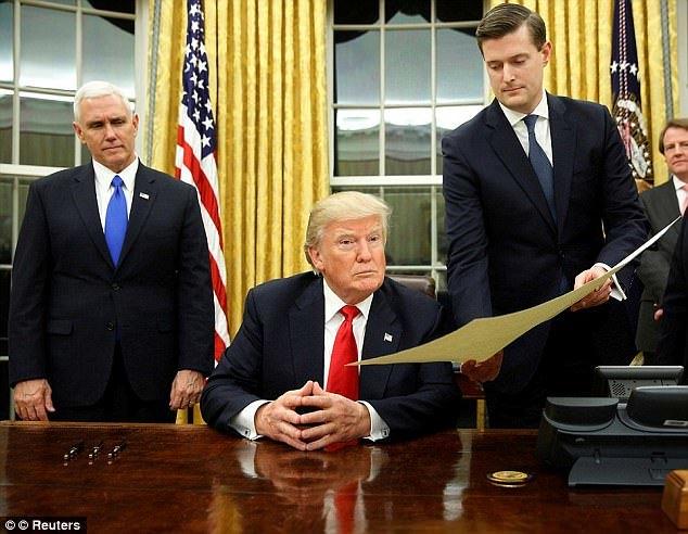 도널드 트럼프 미국 대통령(가운데)의 국정연설 초안 등을 담당했던 롭 포터 선임비서관(오른쪽)이 7일 사임했다. 전 부인 2명이 잇따라 포터의 폭행 전력을 언론에 폭로하면서다. [사진 데일리메일 캡처]