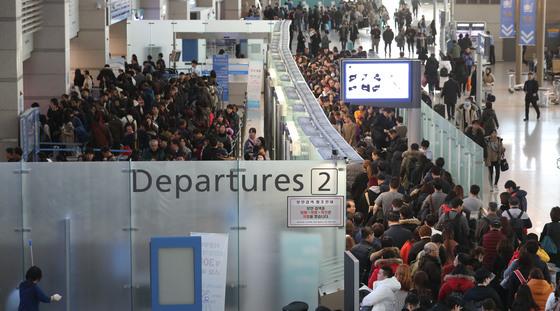 방학 등 동계성수기 기간인 10일 오전 인천공항 출국장이 겨울철 해외여행객으로 붐비고 있다. [연합뉴스]