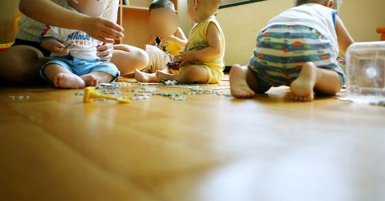 여가부가 시행 중인 아이돌보미서비스는 만3~12세 아동 가정에 아이돌보미가 방문해 아이들을 돌봐주는 제도다. [중앙포토]