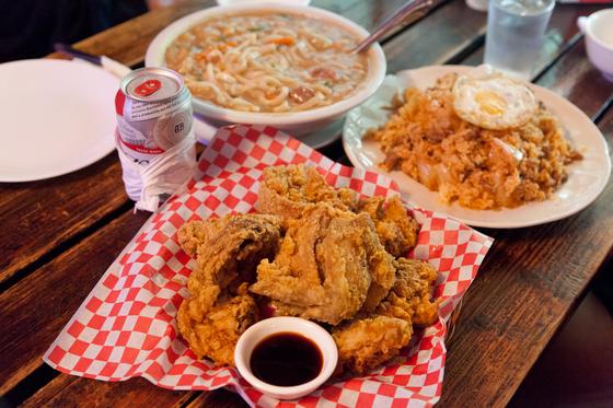 미국식 프라이드 치킨과 김치볶음밥, 중국식 우동. 맛도 좋고 양도 많다. 최승표 기자