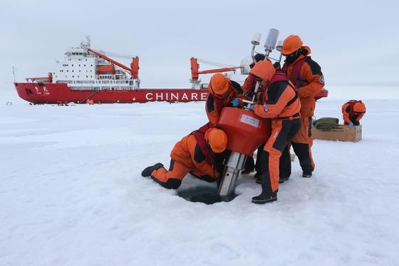 중국의 극지 탐사선 쉐롱을 타고 북극점 근처에 도착한 대원들이 탐사 작업을 하고 있다. 2017년 7월의 8차 탐험 모습이다. [북극해 신화=연합]