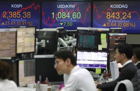 코스피가 21.61포인트 오른 2,385.38로 장을 마감한 12일 오후 서울 중구 을지로 KEB하나은행 본점 딜링룸에서 딜러들이 업무에 한창이다. [연합뉴스]