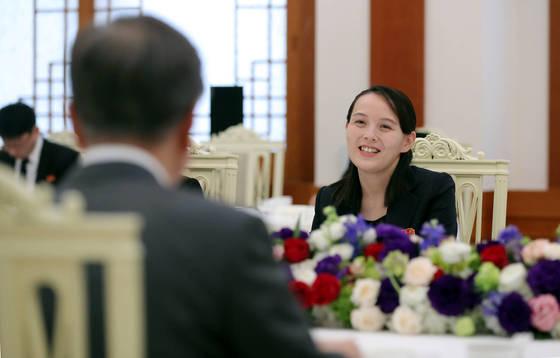 10일 오전 청와대에서 평창동계올림픽을 계기로 방남한 김정은 북한 노동당 위원장의 여동생 김여정 노동당 중앙위 제1부부장(가운데) 등 참석자들이 문재인 대통령과 오찬을 하고 있다. [청와대사진기자단]