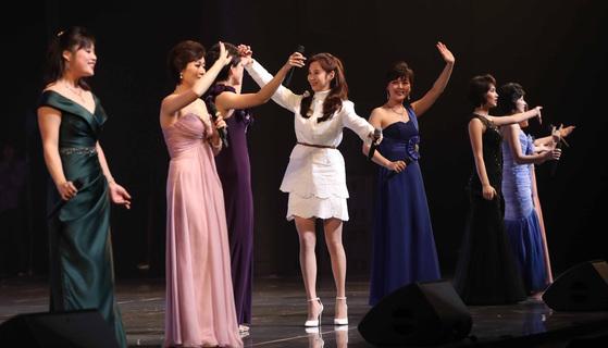 '우리의 소원은 통일'을 함께 부른 후 북한 예술단원과 환호하는 소녀시대 서현. [연합뉴스]