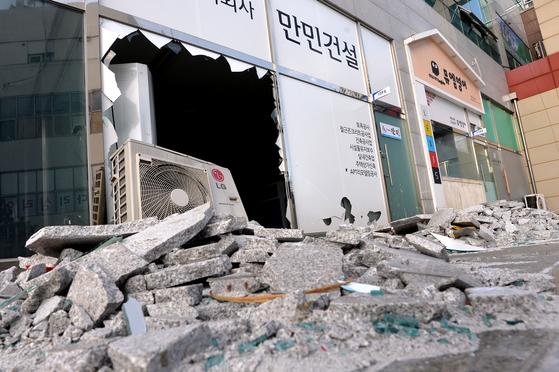 경북 포항에서 11일 발생한 지진으로 장량동 상가 건물 유리창과 에어컨 실외기가 파손됐다. [뉴스1]