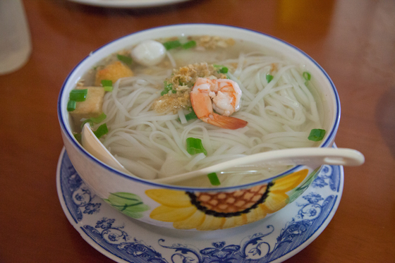 스파이시 타이 누들은 점심에 가면 좋다. 쏨땀과 커리 등을 뷔페로 파는데 한국보다 훨씬 싸고 맛도 좋다. 쌀국수도 먹을 만하다. 최승표 기자