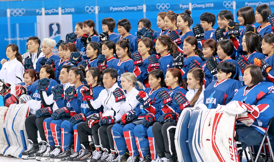 여자 아이스하키 단일팀 선수단이 11일 강릉 관동하키센터에서 스웨덴과의 조별리그 2차전을 하루 앞두고 단체사진을 찍으며 결의를 다지고 있다. [연합뉴스]