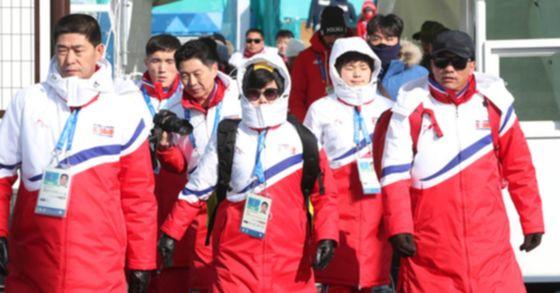 북한 알파인스키 대표팀이 6일 오전 훈련을 위해 강원 강릉 올림픽선수촌을 나서고 있다. [사진 연합뉴스]