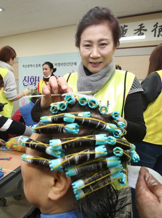 신화남 나눔봉사단장이 10일 부산 금정구장애인복지관에서 장애우를 대상으로 단원들과 함께 미용봉사를 하고 있다.송봉근 기자