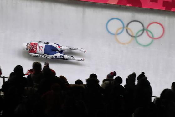 독일 귀화선수 에일리 프리쉐가 13일 강원도 평창군 올림픽슬라이딩센터에서 열린 2018 평창동계올림픽 루지 여자 싱글 3차 주행에서 질주하고 있다. [뉴스1]