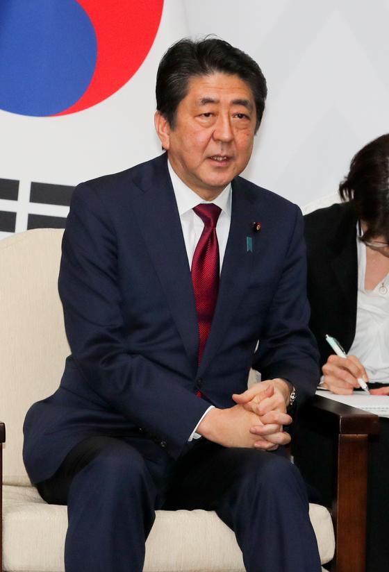 문재인 대통령이 9일 오후 평창 블리스힐스테이트에서 평창올림픽 개막식 참가차 방한한 아베 신조 일본총리와 정상회담을 갖고 현안에 대해 논의했다. [청와대사진기자단]