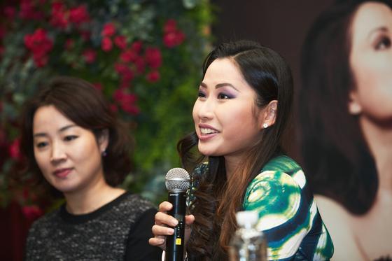 5세에 데뷔해 세계를 무대로 연주하는 바이올리니스트 사라 장(오른쪽)이 13일 서울 예술의전당 콘서트 홀에서 4년만에 내한 공연을 열고 비발디와 피아졸라를 들려준다. [사진 예술의전당]