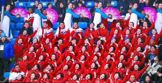 10일 오후 강원도 강릉아이스아레나에서 열린 평창동계올림픽 쇼트트랙 예선 경기에서 북측 응원단이 일사불란한 응원을 펼치고 있다. [연합뉴스]
