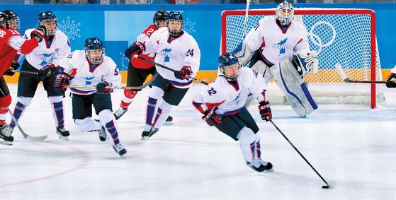 지난 10일 강릉하키센터에서 평창 겨울올림픽 여자 아이스하키 코리아 단일팀의 첫 경기가 열렸다. 코리아 팀의 김희원(오른쪽 둘째)이 스위스 선수들을 제치고 퍽을 몰고 있다. 오종택 기자