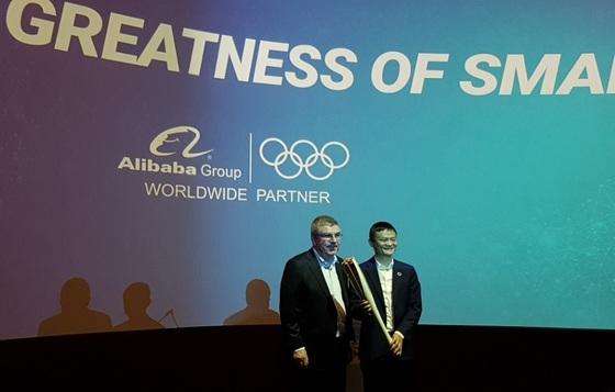 토마스 바흐 IOC 위원장(왼쪽)과 알리바바 마윈 회장. [사진 박수련 기자]
