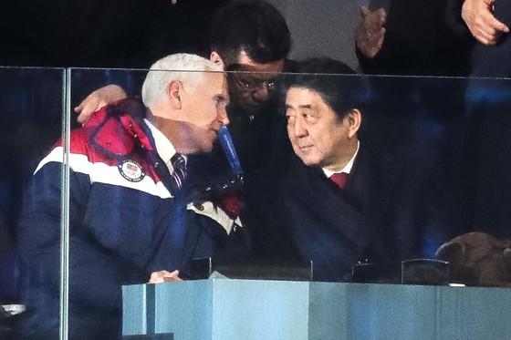 마이크 펜스 미국 부통령(왼쪽)과 아베 신조 일본 총리가 지난 9일 오후 2018 평창 겨울올림픽 개회식장에서 이야기를 나누고 있다. [평창=뉴스1]