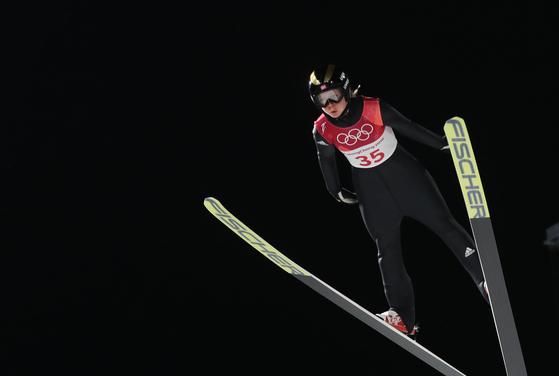 12일 강원 평창군 알펜시아 스키점프센터에서 열린 2018평창동계올림픽 스키점프 여자 노멀힐 개인 결승 라운드에서 110m를 비행해 최종 점수 264.6으로 금메달을 차지한 노르웨이의 마렌 룬드비가 질주하고 있다. [평창=연합뉴스]