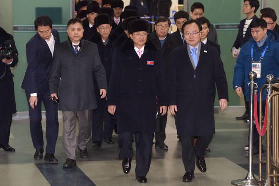 지난 1일 평창올림픽에 참가하는 북측 선수단이 오후 6시 9분쯤 전세기 편으로 양양국제공항에 도착했다. [사진 공동취재단]