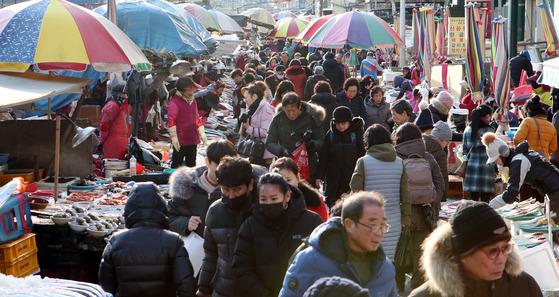 설 연휴를 앞둔 13일 부산 중구 자갈치시장에 시민들이 몰려 북새통을 이루고 있다. 송봉근 기자
