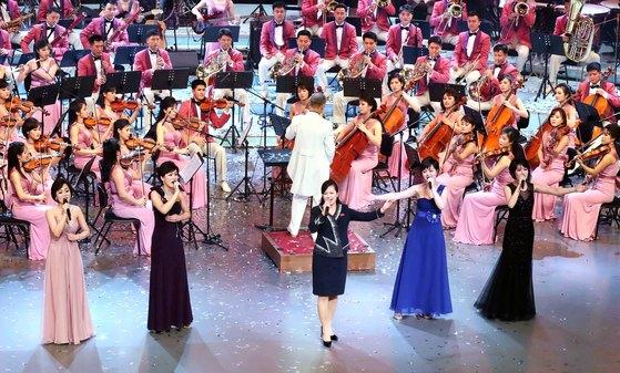 현송월 삼지연관현악단장(앞줄 가운데)이 11일 오후 평창 겨울올림픽 축하공연이 열린 서울 국립극장 무대에 직접 올라 '백두와 한나(한라)는 내 조국'을 부르고 있다. [뉴시스]