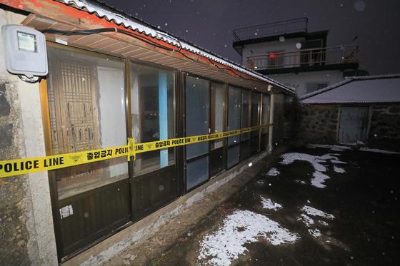 제주동부경찰서는 게스트하우스에 투숙했다가 목이 졸려 살해된 20대 여성의 시신을 11일 발견하고, 유력 용의자인 게스트하우스 운영자를 쫓고 있다. 이날 오후 시신이 발견된 폐가에 폴리스라인이 설치돼 있다. [연합뉴스]