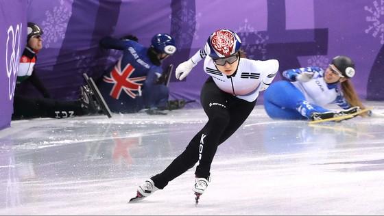 한국 여자 쇼트트랙의 최민정이 10일 500m 예선에서 질주하고 있다. 13일에는 강릉아이스아레나에서 여자 500m의 역대 첫 금메달을 노린다. [연합뉴스]