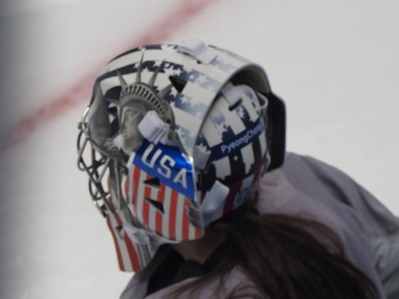 미국 여자 아이스하키 대표팀 골리 니콜 헨슬리 마스크에 자유의 여신상 그림이 그려져 있다. 김원 기자