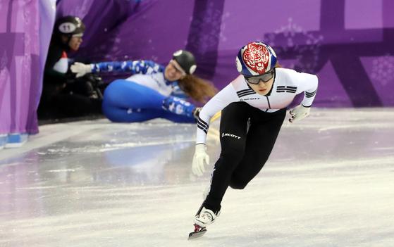 한국 여자 쇼트트랙 최민정이 13일 강릉 아이스아레나에서 열리는 동계올림픽 500m에 출전한다. 우승하면 한국의 여자 500m 첫 금메달이다. 처음부터 전력질주를 하는 500m는 출발 등 변수가 많은 종목이다. 사진은 지난 10일 최민정의 예선 모습. [연합뉴스]