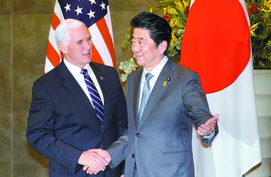 지난 7일 일본 도쿄에서 만난 펜스 미 부통령과 아베신조 일본 총리[연합뉴스]