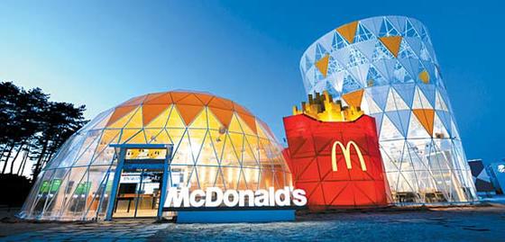 강릉 동계올림픽 파크 내 위치한 맥도날드 매장은 햄버거 세트 외관으로 지어졌다.