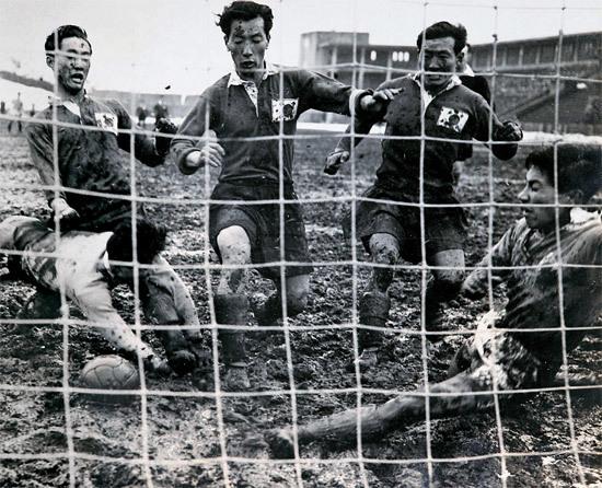 정남식(가운데)이 일본 선수들 사이로 슛 하고 있다. 최정민(왼쪽)과 우상권도 공을 향해 달려들었다. 1954년 일본 메이지 신궁에서 열린 한·일 축구 첫 맞대결. 한국이 5-1로 이겼다. [사진 스포츠 자료 수집가 이재형씨]
