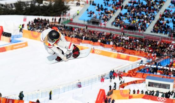 클로이 김이 12일 평창 휘닉스 스노경기장에서 열린 2018 평창 동계올림픽 스노보드 여자 하프파이프 종목에서 기량을 선보이고 있다. 평창=오종택 기자