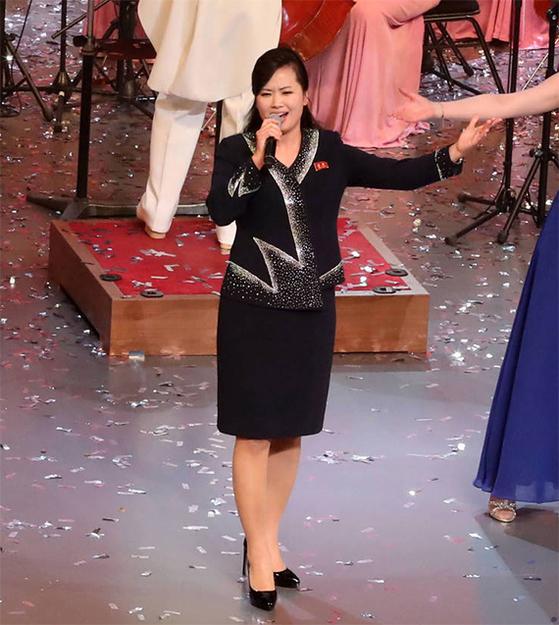 서울 국립중앙극장에서 11일 열린 북한 삼지연 관현악단의 두 번째 공연에서 현송월 단장이 '백두와 한라는 내 조국'이란 노래를 부르고 있다. 청와대사진기자단
