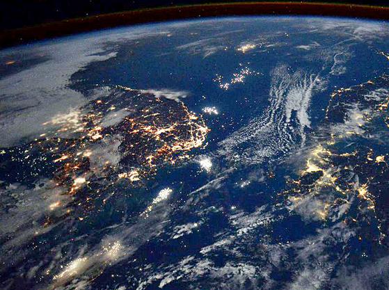 미국항공우주국(NASA) 랜디 브레스닉이 국제우주정거장(ISS)에서 찍은 한·일 야경 사진. [사진 랜디 브레스닉 트위터 캡처]