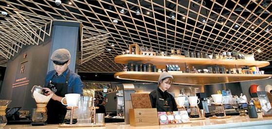 스타벅스는 지난해 12월 국내 최대규모의 더종로점을 오픈했다.