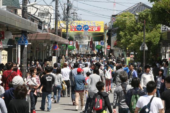 일본 돗토리현 사카이미나토시. 일본 돗토리현 사카이미나토의 '미즈키 시게루 로드'는 일명 요괴 거리로 불린다. 관광객으로 가득 찬 거리 전경.  [사진제공=MIZUKI Productions]