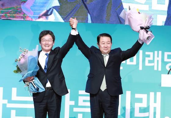 바른미래당 출범대회가 13일 오후 경기도 고양시 킨텍스 제2전시장에서 열렸다. 유승민(왼쪽), 박주선 공동대표가 손을 들어 인사하고 있다. 임현동 기자