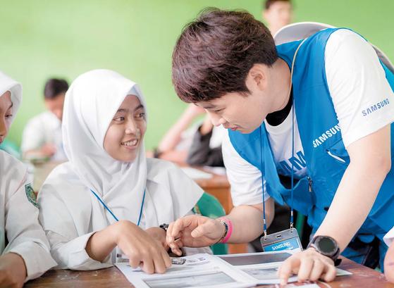 지난해 7월 자카르타 에서 삼성전자 임직원이 현 지 청소년을 대상으로 IT 교육을 하고 있다