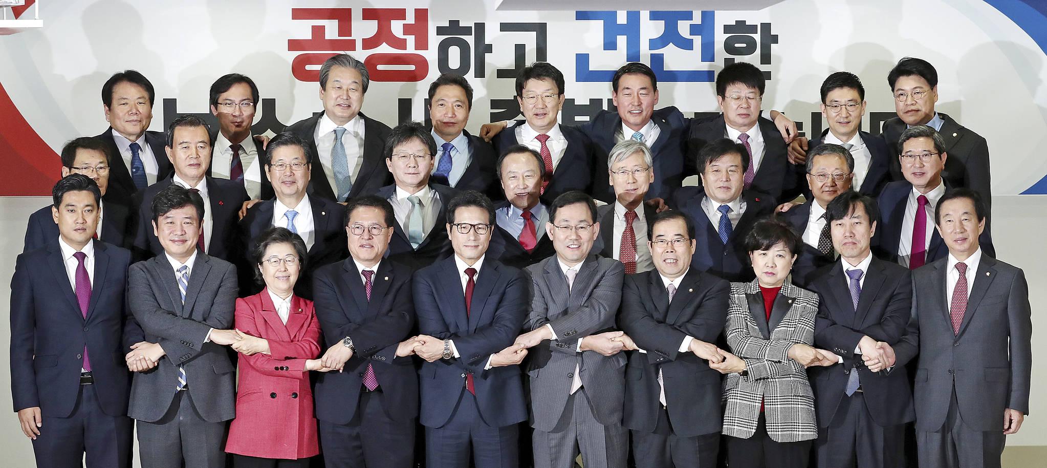 개혁보수신당 분당 선언 기자회견이 지난 2016년 12월 27일 오전 서울 여의도 국회 의원회관에서 28명의 의원이 참석 한 가운데 열렸다. 김현동 기자