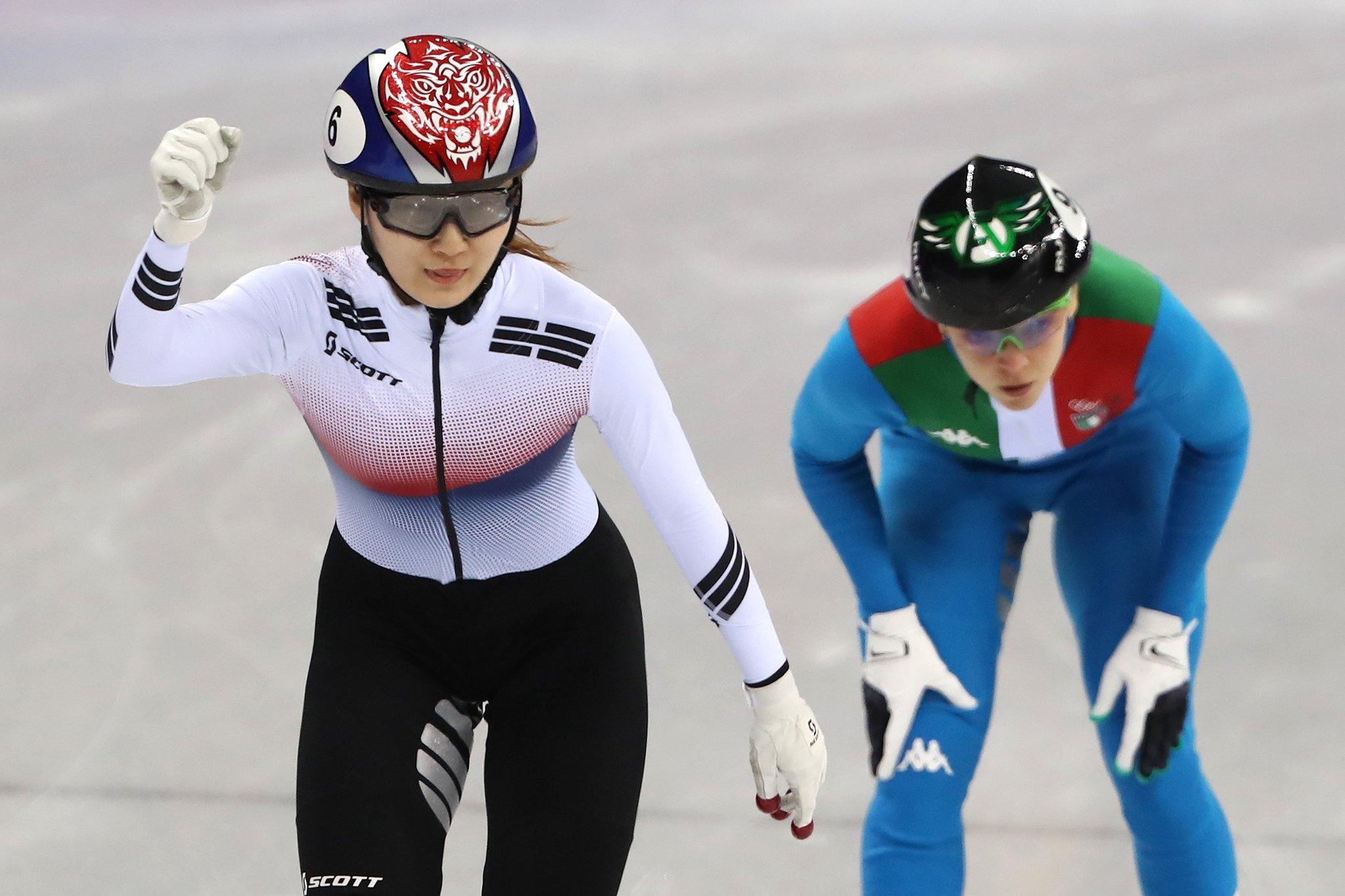 최민정이 13일 오후 강원도 강릉 아이스아레나에서 열린 2018 평창올림픽 쇼트트랙 스피드 스케이팅 여자 500m 준결승 1조 경기에서 1위로 결승선을 통과하고 주먹을 불끈 쥐고 있다. [뉴스1]