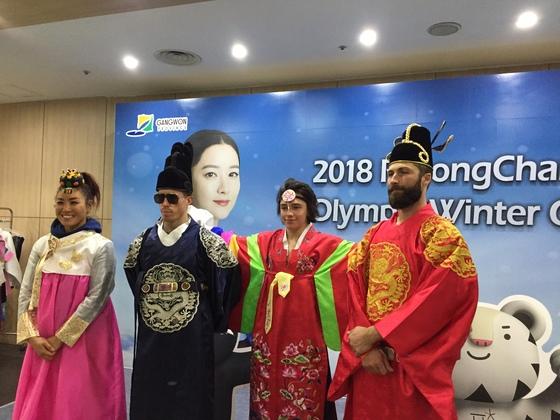 자신의 스탭들과 함께 한국전통문화 체험에 나선 숀 화이트(왼쪽에서 두 번째). 스노보드의 제왕답게 조선시대 왕족의 복장을 선택했다. 송지훈 기자