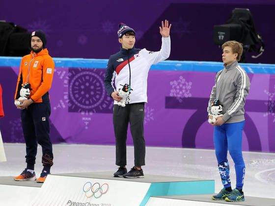 Lim Hyo-jun, gold medalist of men's 1500m short track, waving to the crowd. February 10, Gangneung Ice Arena. Photo from YONHAP.