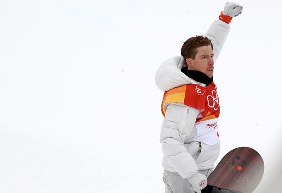 14일 오전 강원 평창군 휘닉스 파크에서 열린 2018 평창동계올림픽 스노보드 남자 하프파이프 결승에 출전한 숀 화이트가 1차시기에서 연기를 마친 뒤 환호하고 있다. [평창=연합뉴스]