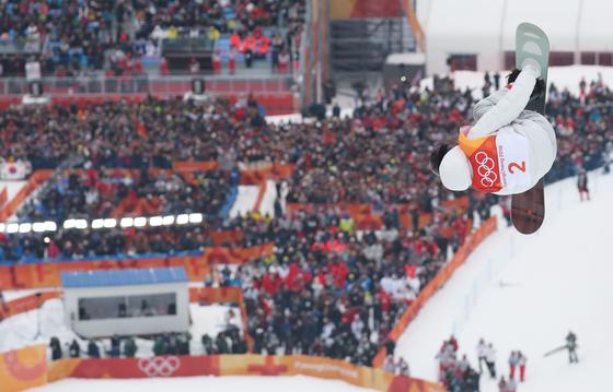 14일 오전 강원 평창군 휘닉스 파크에서 열린 2018 평창동계올림픽 스노보드 남자 하프파이프에 출전한 숀 화이트가 점프를 하고 있다. [평창=연합뉴스]
